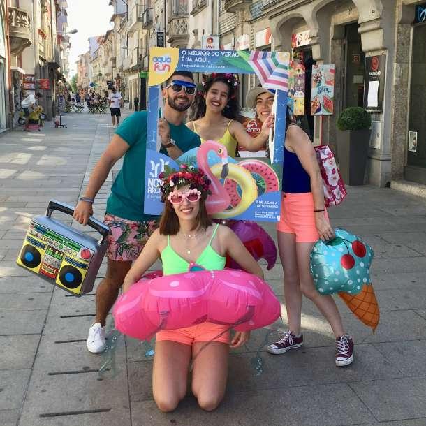 Promotores do evento Aqua Fun a posar com photo props do evento
