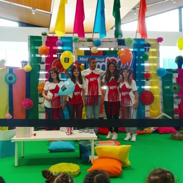 Promotores no palco do festival para crianças IUPI